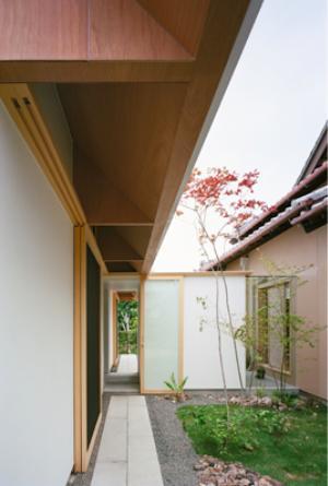 『コヤノスミカ』趣味を楽しめる空間、ゆったり寛げる空間の部屋 軒下のアプローチ