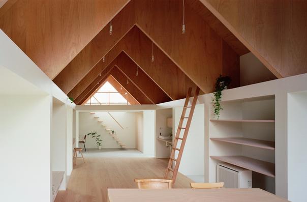 『コヤノスミカ』趣味を楽しめる空間、ゆったり寛げる空間の部屋 ダイニングより土間を見る