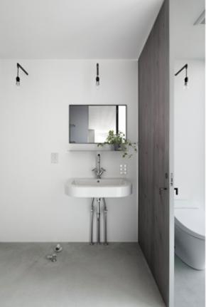 "『CROSS OVER』""閉ざしながら開く""絶妙なバランスの住まいの写真 シンプル&クールな洗面・トイレ"