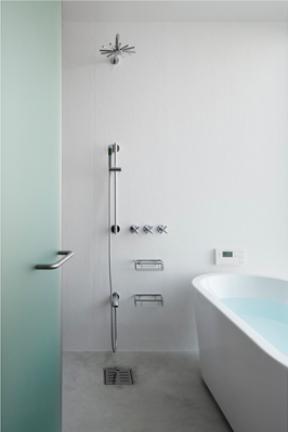"""『CROSS OVER』""""閉ざしながら開く""""絶妙なバランスの住まいの写真 シンプル&クールなバスルーム"""