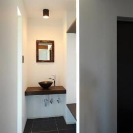『南アルプスの家』光・風が通り抜ける住まい (手洗いスペースのある玄関)