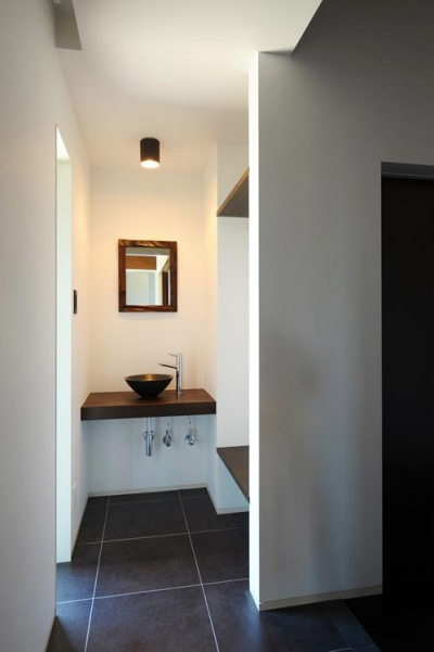 手洗いスペースのある玄関 (『南アルプスの家』光・風が通り抜ける住まい)