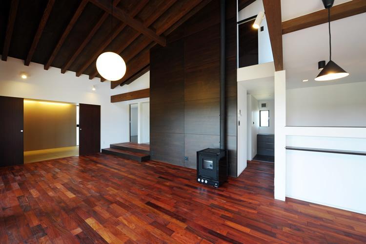 『南アルプスの家』光・風が通り抜ける住まいの部屋 薪ストーブのあるリビング