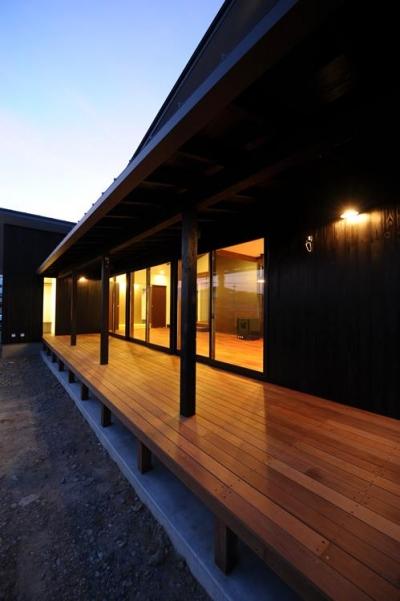 開放的なデッキスペース (『南アルプスの家』光・風が通り抜ける住まい)