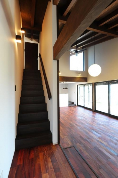 階段 (『南アルプスの家』光・風が通り抜ける住まい)