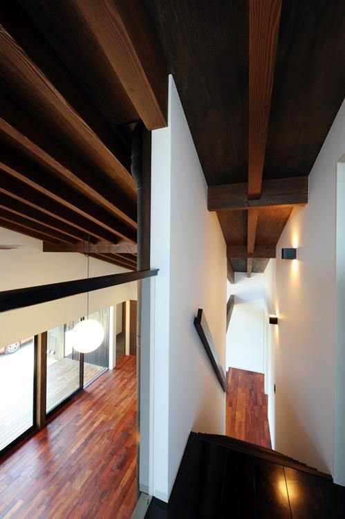 『南アルプスの家』光・風が通り抜ける住まいの部屋 階段・ブリッジ