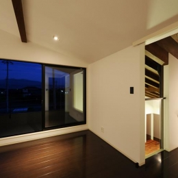 『南アルプスの家』光・風が通り抜ける住まい (プライベートテラスのある2階寝室)