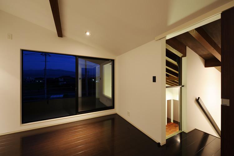 『南アルプスの家』光・風が通り抜ける住まいの部屋 プライベートテラスのある2階寝室