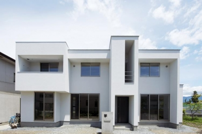 白基調のシンプルモダンな外観 (『春日居の家』玄関ホールを中心に家族をつなぐ住まい)