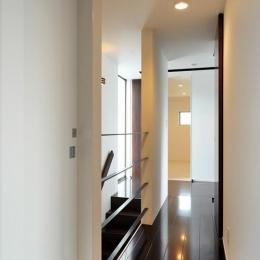 『春日居の家』玄関ホールを中心に家族をつなぐ住まい (階段ホール・廊下)
