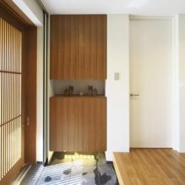 M邸・スタイリッシュな和の家 (格子戸より優しい光の入る玄関)