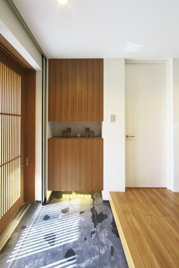 M邸・スタイリッシュな和の家の部屋 格子戸より優しい光の入る玄関