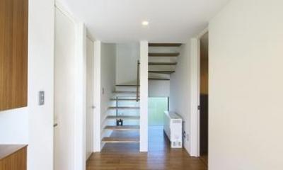 M邸・スタイリッシュな和の家 (玄関より階段室を見る)