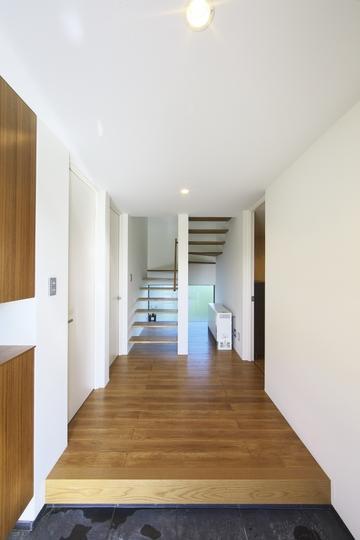 M邸・スタイリッシュな和の家の部屋 玄関より階段室を見る