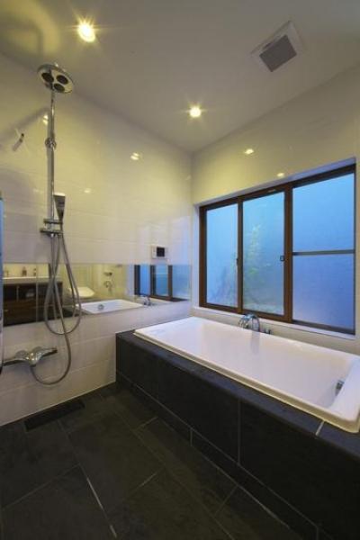 M邸・スタイリッシュな和の家 (シンプルモダンな浴室)