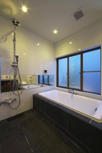 M邸・スタイリッシュな和の家の部屋 シンプルモダンな浴室