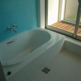 S邸・公園前の家I (ブルーのモザイクタイルが爽やかな浴室)