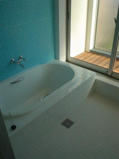 ブルーのモザイクタイルが爽やかな浴室 (S邸・公園前の家I)