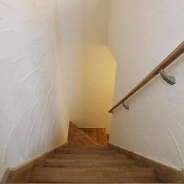 U邸・屋上庭園のある暮らし (珪藻土塗りの階段室)