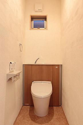 U邸・屋上庭園のある暮らし (シンプルなトイレ空間)