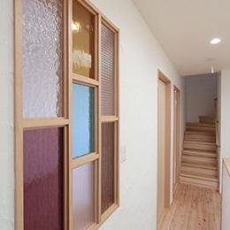 U邸・屋上庭園のある暮らし (3階廊下-ステンドグラスの室内窓)