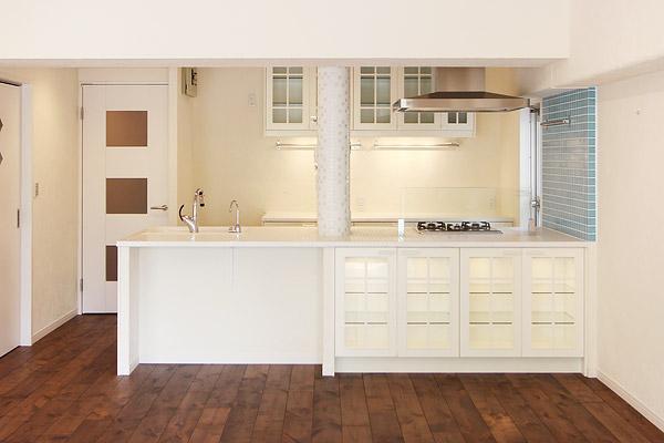I邸・お洒落な大人の空間の部屋 スタイリッシュな対面式キッチン