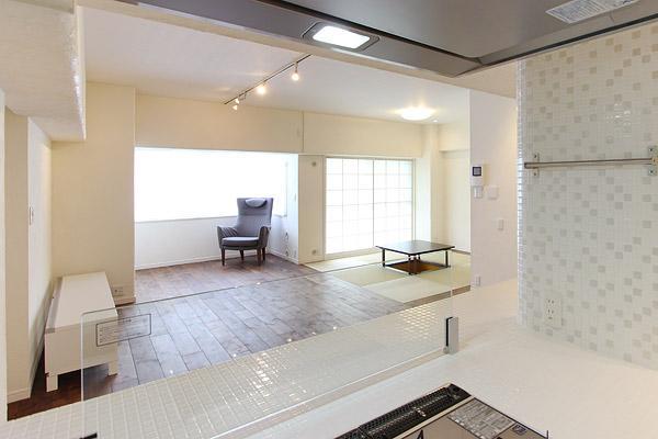 I邸・お洒落な大人の空間の部屋 キッチンよりリビングを見る
