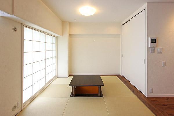 I邸・お洒落な大人の空間の部屋 掘りごたつを据えた畳スペース