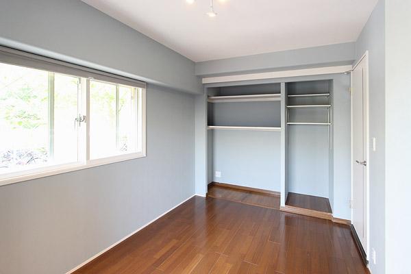 I邸・お洒落な大人の空間の部屋 淡いブルーが爽やかな洋室