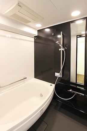 I邸・お洒落な大人の空間の部屋 シンプルモダンな浴室