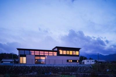 HOUSE YR 『アルプスを臨む家』 (外観夕景)