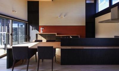 モダンなダイニングテーブル付きキッチン|HOUSE YR 『アルプスを臨む家』