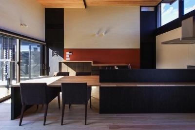 モダンなダイニングテーブル付きキッチン (HOUSE YR 『アルプスを臨む家』)