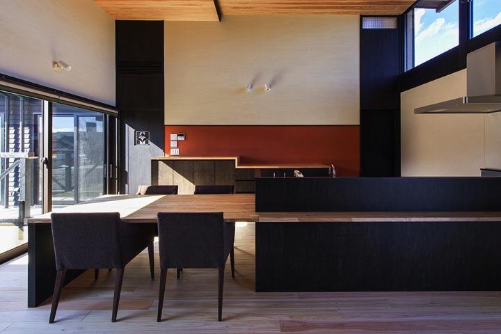 HOUSE YR 『アルプスを臨む家』の部屋 モダンなダイニングテーブル付きキッチン
