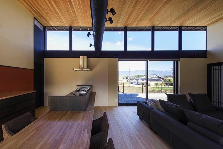 HOUSE YR 『アルプスを臨む家』の部屋 水平連続窓より光の入るLDK