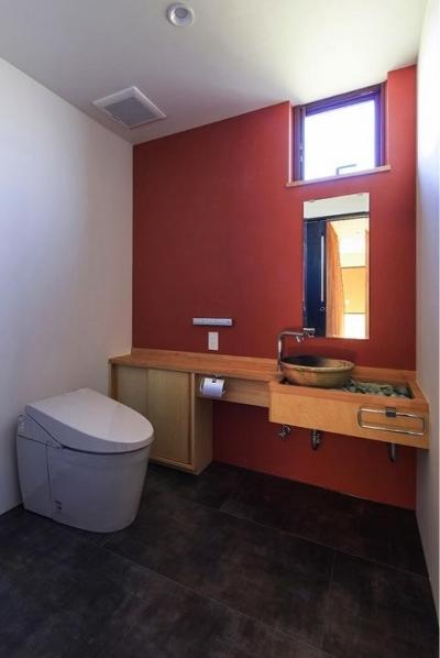 オレンジが映えるトイレ空間 (HOUSE YR 『アルプスを臨む家』)