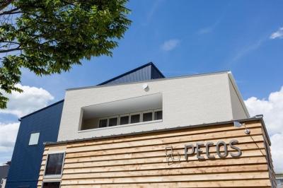 外にいるような開放的な美容室併用住宅(ヘアーサロンPECOS) (外観)