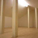 セミオープンキッチンと造作家具の写真 屋根裏部屋