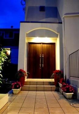 2世帯住宅+エステサロンの併用住宅 (玄関アプローチ)