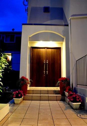 2世帯住宅+エステサロンの併用住宅の部屋 玄関アプローチ