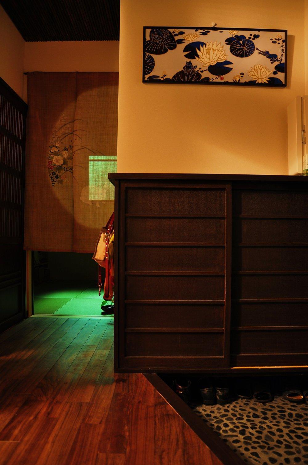都心の狭小地で京和風の家 (玄関)