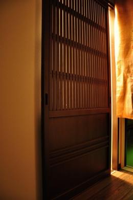 都心の狭小地で京和風の家 (引き戸)