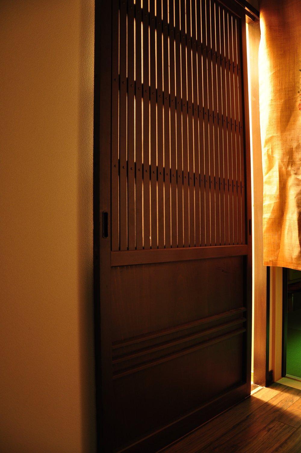都心の狭小地で京和風の家の写真 引き戸