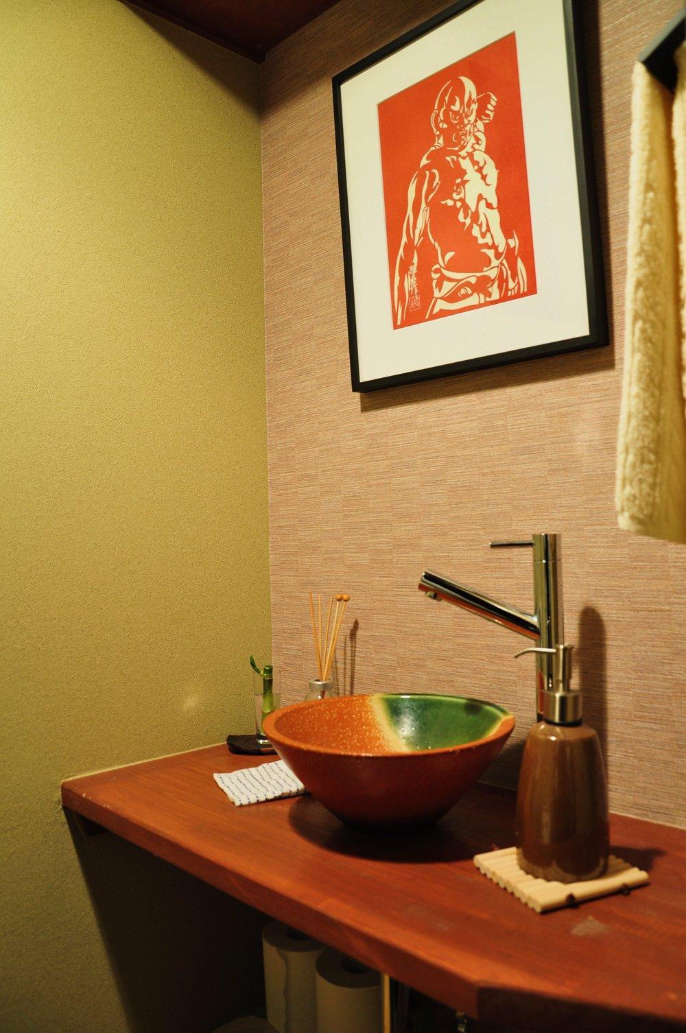 都心の狭小地で京和風の家の写真 トイレ内洗面スペース