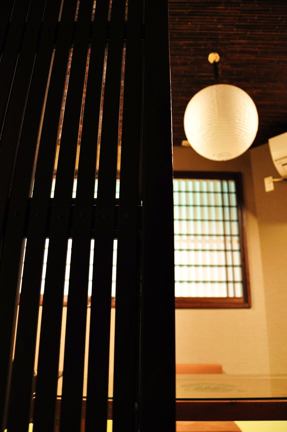 都心の狭小地で京和風の家 (格子と照明)