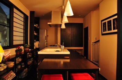 キッチン(カウンター) (都心の狭小地で京和風の家)