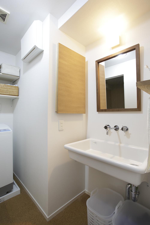 O邸・シンプルナチュラルなあたたかさの部屋 シンプルデザインの洗面室