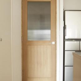 O邸・シンプルナチュラルなあたたかさ (LDK入口-木製ドア)