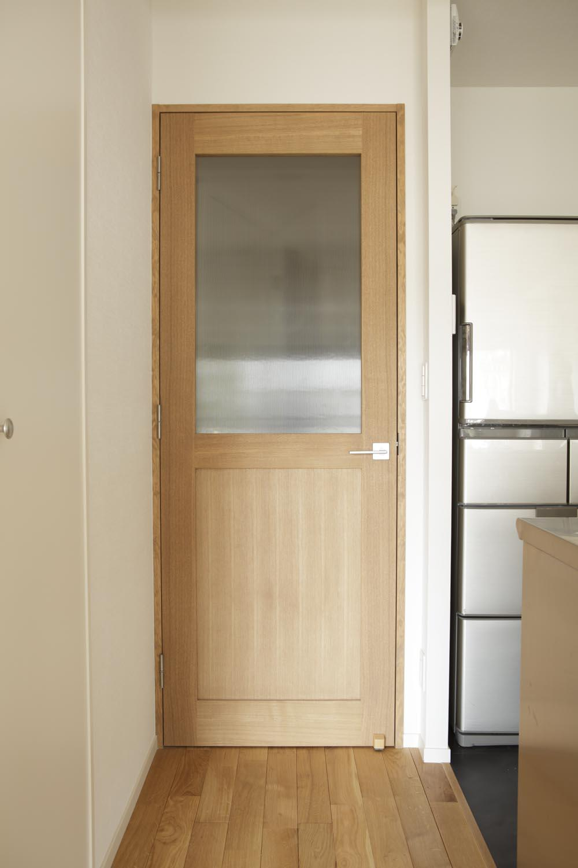 O邸・シンプルナチュラルなあたたかさの部屋 LDK入口-木製ドア