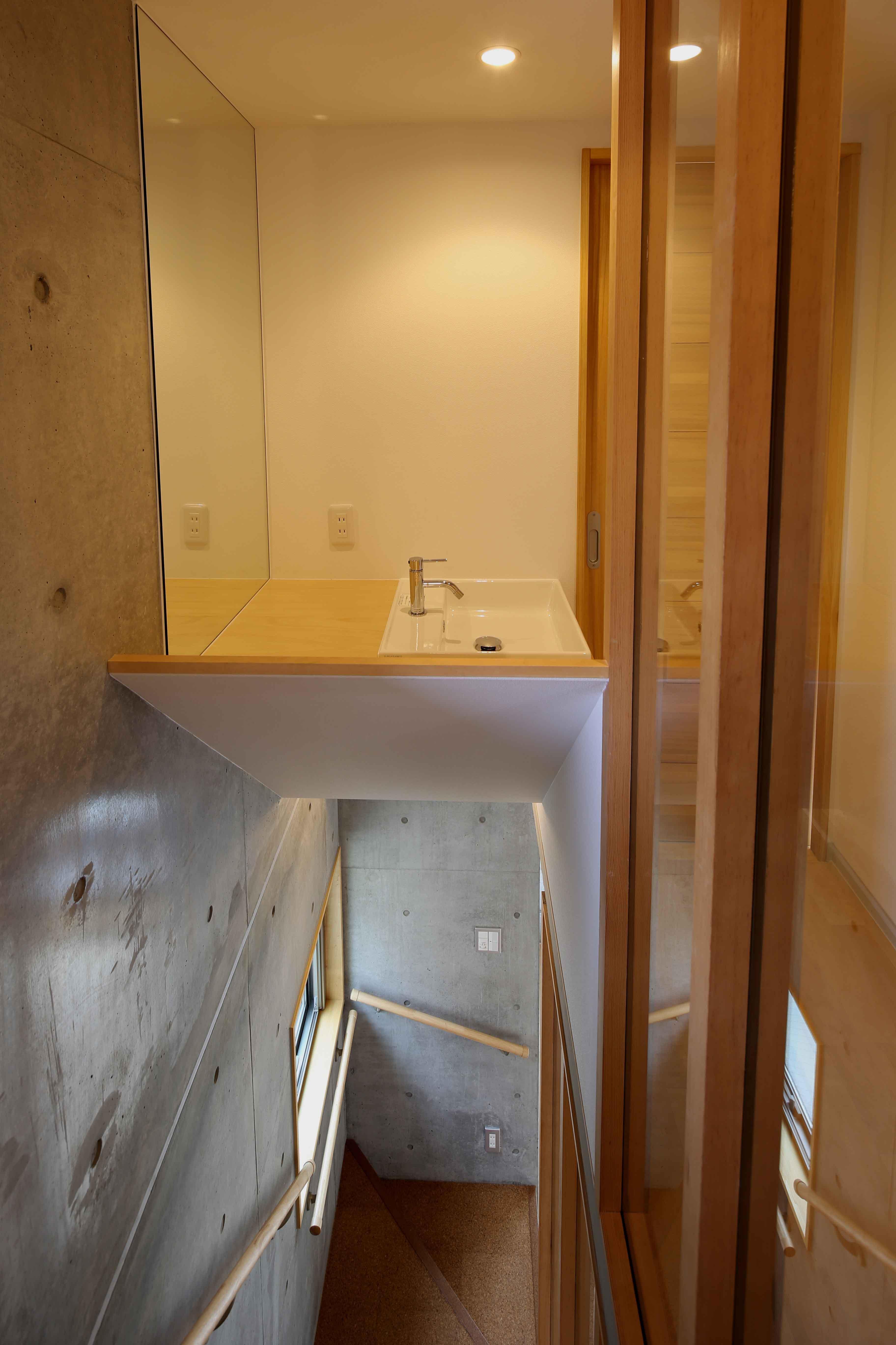 東京都世田谷区 H邸 (階段の上の洗面台)